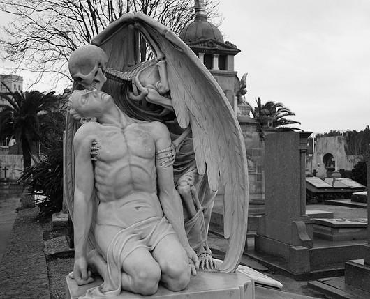 Статуя «Поцелуй смерти»