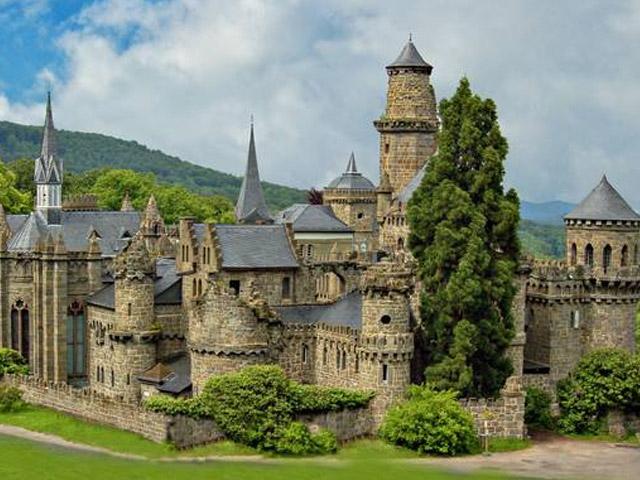 Лёвенбург по праву считается одним из самых красочных, великолепных и незабываемых замков во всем мире. Его внешний вид сильно напоминает готические стили, которые были популярны много столетий тому назад. Но, главной особенностью замка является тот факт, что, несмотря на свою внешность, он был построен всего лишь в начале позапрошлого века.