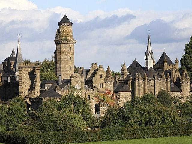 Лёвенбург строили в то время, когда уже давно забыли о правильном возведении таких больших укреплений, поэтому в нем сочетается много разнообразных обликов. Во-первых, замок имитирует романтический средневековый образ, ведь при его создании архитекторы специально оставили несколько «руин»