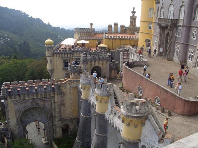 Именно дворец Пена считается одним из необычных проектов, что несет в себе весь романтизм эпохи. Все здание можно охарактеризировать словом «фантазийный», ведь его внешний вид сильно напоминает замки в книгах.
