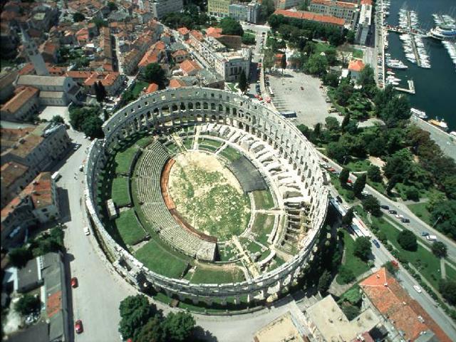 Именно в этот период на территории Пулы возвели огромную и грандиозную постройку – Древнюю Арену, которая считалась одной из самых крупных римских зданий вне империи. Интересным является тот факт, что этот Колизей вмещал более двадцати тысяч зрителей.