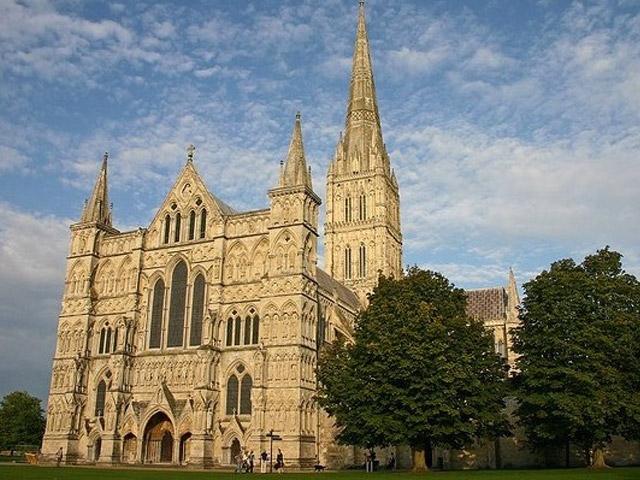 Самым красивым и великолепным зданием, исполненным в раннем английском стиле, является Солберийский собор. Но даже не этот факт выделяет это сооружение. Главной его особенностью является самый высокий шпиль во всем мире, который достигает высоты 123 метра.
