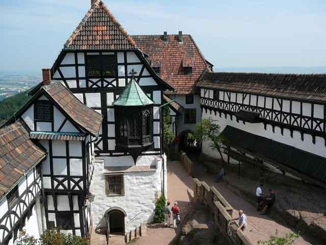 Тогда к замку был пристроен дворец, представляющий в настоящее время высокую культурную ценность. К этому же временному периоду относится и восточная стена замка.