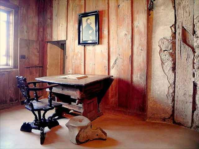 В Вартбург часто съезжаются туристы. Особенно их привлекают комнаты замка, в которых знаменитый Мартин Лютер переводил Священное Писание. А именно чернильное пятно на стене, появившееся, как принято считать от того, что Лютеру явился «нечистый» и он швырнул в него чернильницей.
