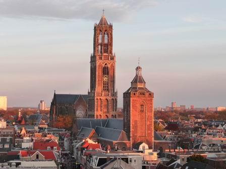 Строение переходило из рук католической церкви к протестантам, бури периодически разрушали недостроенные стены, но главная башня собора оставалась неизменной. По сей день шпиль храмовой башни является в Нидерландах самым высоким (112,33 м)