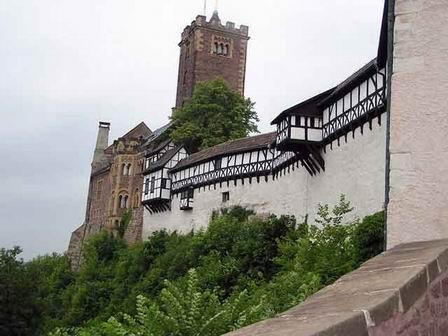 На протяжении своего существования Вартбург часто перестраивался. Первая и значительная перестройка замка была произведена ландграфом Людвигом II в середине XII века.