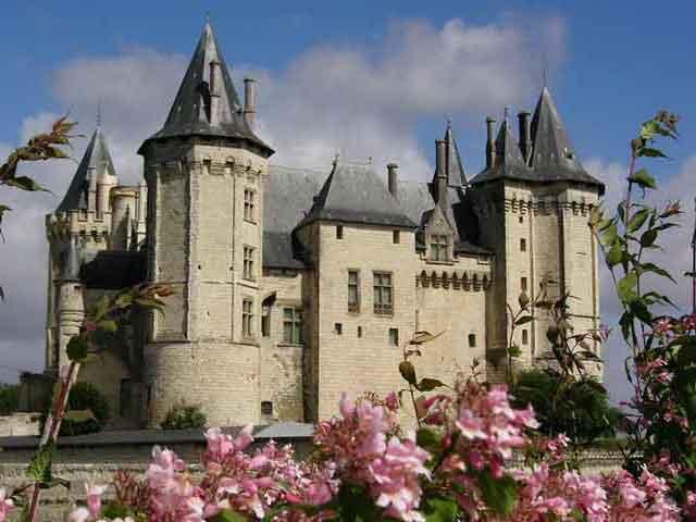 В 11 веке граф Анжу Фулько Нерра согласился ее возвести, хотя до наших дней эта крепость не сохранилась.