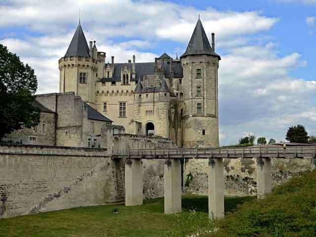 Более долговечной являлась крепость, которую возвел герцог Людовика I Анжуйского. Оставшийся фундамент первой постройки дополнили четыре здания, которые образовали внутренний двор. Строения, в которых проживали люди, заканчиваются башнями, в их углах есть узкие выступы, которые визуально делают башни изящнее и стройнее.