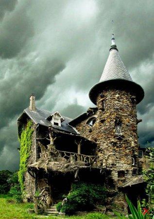 Замок Maison de Sorcière Avec Ciel d'orage во Франции
