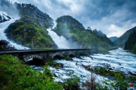 Мост на водопаде Лотефоссен в Норвегии
