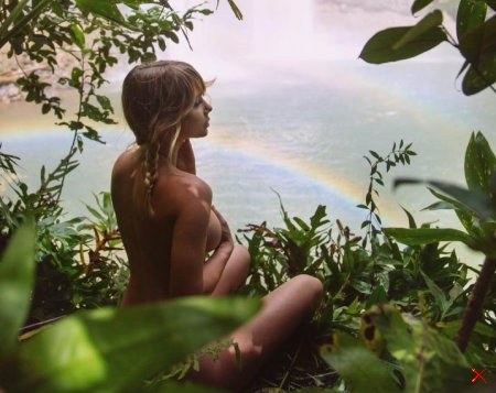 Сара Джин Андервуд путешествует по миру и выкладывает пикантные снимки в Instagram